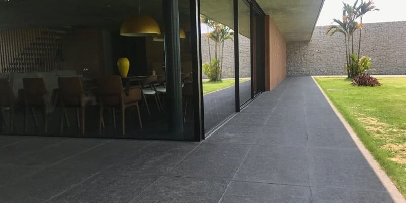 Sử dụng đá tự nhiên bazan khò mặt 30x30 lát sân vườn, lối đi