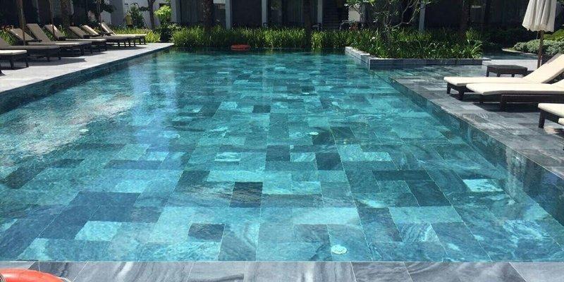 Nét đẹp sang trọng của đá tự nhiên lát bể bơi